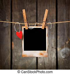 marco de la foto, con, corazón de papel, cuelgue, en, soga