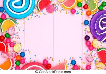 marco, de, variado, colorido, golosinas, contra, un, rosa, madera, plano de fondo