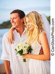 mariée marié, apprécier, surprenant, coucher soleil, sur, a, beau, plage tropicale, romantique, couple marié