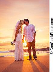 mariée marié, apprécier, surprenant, coucher soleil, sur, a, beau, plage tropicale, romantique, couple marié, tenant mains, juste marié