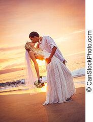 mariée marié, baisers, à, coucher soleil, sur, a, beau, plage tropicale, romantique, couple marié
