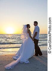 mariée & marié, couple marié, plage coucher soleil, mariage
