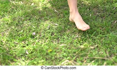 mariée, promenades, pieds nue, herbe, vert
