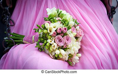 mariée, tenue, a, bouquet mariage