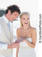 mariées, placer, doigt, homme souriant, anneau, beau