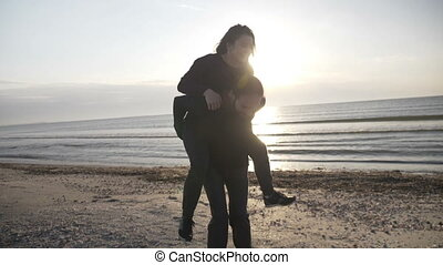 mariés, avoir, juste, couple, lune miel, jeune, dos, mouvement, leur, lent, porcin, amusement, pendant, plage, jouer, heureux