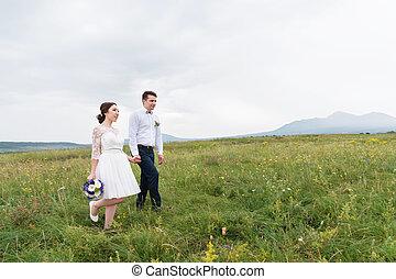 mariés, champ, vert, mains, aller, récemment