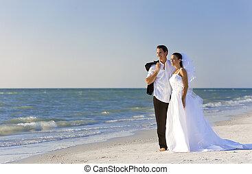 mariés, &, couple, palefrenier, mariée, mariage, plage