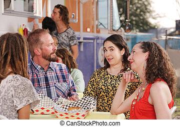 mari, questions, épouse, pendant, déjeuner, à, amis