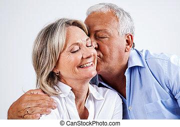 marido, beijando, esposa, ligado, bochecha
