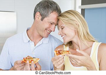 marido esposa, comendo pizza