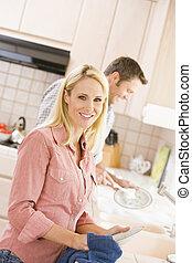 marido esposa, hacer, platos