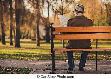 marido, foto, descansar, caminata, calle, leer, trasero, ...