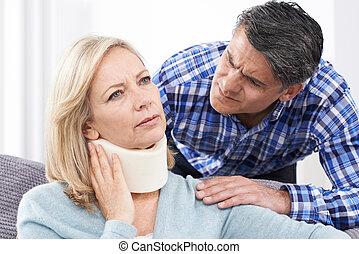 marido, reconfortante, marido, sufrimiento, con, herida cuello