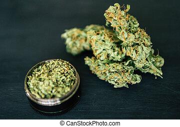 marijuana, erbaccia, e, macinatore, con, trichomes, macro, di, canapa, germoglio