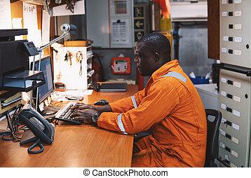 marina, ingeniero, oficial, trabajando, en, salade máquinas