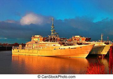 marina, ocaso, en, el, holandés, shipyard., nuevo, unpainted, naves, en, sunlight., netherlands.