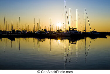 marina, silhuetas, em, amanhecer