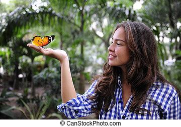mariposa, mujer se sentar, joven, mano, bosque