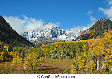 Maroon Bells valley - autumn at Maroon Bells, Aspen,...