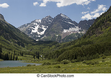 Maroon Lake Shore - Maroon Lake and Maroon Bells in Summer