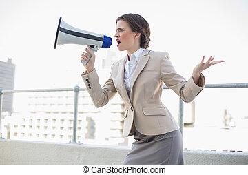 marrón, haired, gritos, mujer de negocios, furioso, elegante...