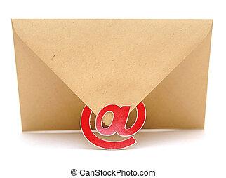 marrón, sobre, con, e-mail, señal, aislado, blanco, plano de fondo