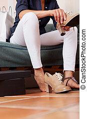 marrom, mulher, sapatos, novo, tentando, loja