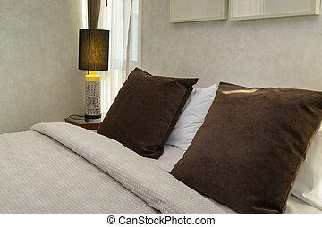 marrone, lampada, cuscini, letto