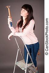 marteau, échelle, séduisant, femme