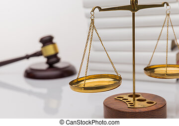 marteau, balances, livre, justice, blanc, bois, isolé, ouvert