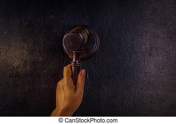 marteau, droit & loi, tenant main