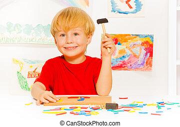 marteau, garçon, jeu, blocs, clous