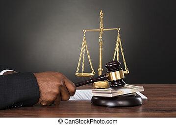 marteau, juge, billet banque, frappant