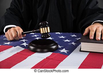 marteau, juge, drapeau, américain, mains