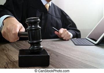 marteau, tablette, justice, droit & loi, numérique, fonctionnement, frappant, mâle, clavier, bois, concept., salle audience, amarrage, informatique, juge, table
