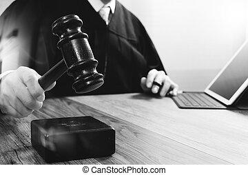 marteau, tablette, justice, droit & loi, numérique, fonctionnement, frappant, mâle noir, clavier, bois, concept., salle audience, amarrage, informatique, juge, table, blanc