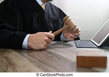 marteau, tablette, justice, droit & loi, numérique, fonctionnement, mâle, clavier, bois, concept., salle audience, amarrage, informatique, juge, table