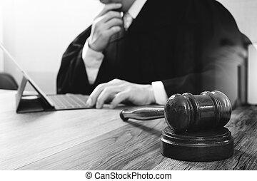 marteau, tablette, justice, droit & loi, numérique, fonctionnement, mâle noir, clavier, bois, concept., salle audience, amarrage, informatique, juge, monocle, table, blanc
