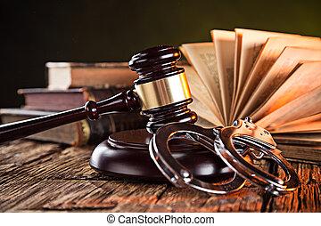 martillo madera, libros, tabla