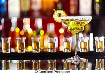 martini, bebida, servido, en, contador de la barra