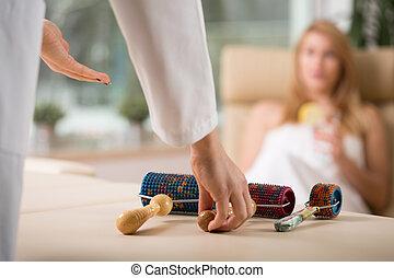 masażysta, przygotowując, masaż