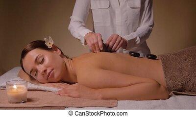 masage, avoir, femme, pierre chaude, beau, spa