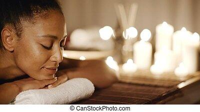 masage, femme, jeune, délassant, banc