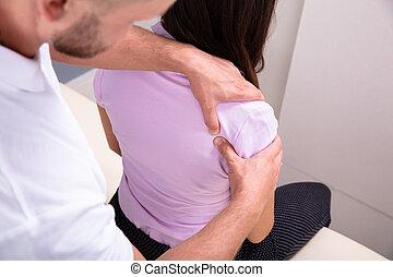 masage, femme mâle, épaule, donner, kinésithérapeute