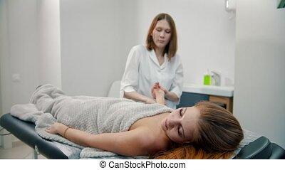 masage, -, poignet, pétrissage, divan, masseuse, femme