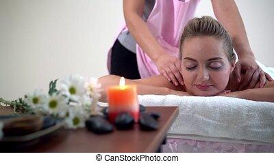 masage, spa, therapist., dos, femme, obtient