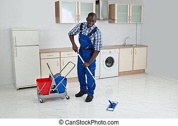 maschio africano, lavoratore, pulizia, pavimento, con, mocio