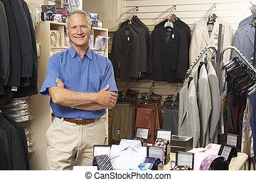 maschio, assistente vendite, in, deposito vestiti