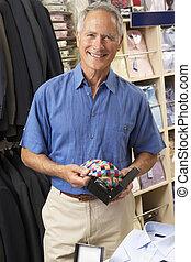 maschio, cliente, in, deposito vestiti